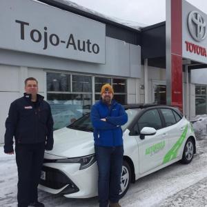 Rovaniemellä luovutettiin tänään Autokoulu S. Nuutiselle uusi Toyota Corolla HB. Autokoulu S. Nuutinen on perustettu Rovaniemellä vuonna 1966 ja kalustossa on ollut useita Toyota merkkisiä autoja vuosien varrella. Kuvassa auton luovuttanut automyyjämme Pasi Junna ja autoa vastaanottamassa Timo Nuutinen