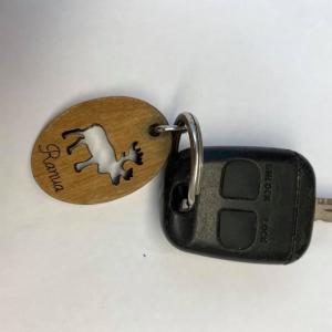 Tunnistaisiko joku kyseisen avaimen omakseen tai lähipiiriin kuuluvalle? Asiakkaamme toimitti tällaisen liikkeeseemme Rovaniemelle ja avaimen saa muutamia tarkentavia kysymyksiä sekä henkilöllisyystodistusta vastaan tänään meiltä. Huomenna toimintamme avaimen Poliisin löytötavaratoimistoon.