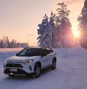 Koeaja uusi Toyota RAV4 Hybrid! Liikkeemme Keminmaalla ja Rovaniemellä auki klo 10-14.